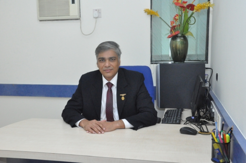 Dr.Narayan Khandelwal - Medical Surpritendent & Joint Replacement Surgeon